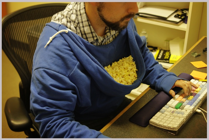 joke-funny-photo-Perfect-popcorn-holder.jpg