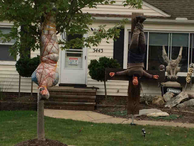 funny photo of the day familys scary halloween decorations - Funny Halloween Decorations
